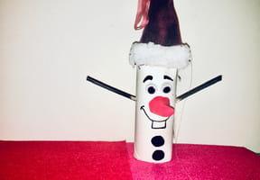 Olaf en Père Noël et rouleau de papier toilette