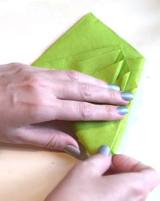 Pliage serviette en sapin Étape 5