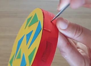 Étape 5: positionnez les feuilles décorées sur la boîte