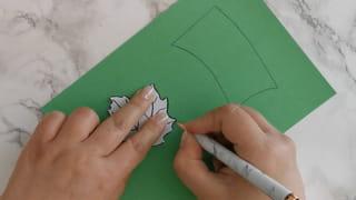 Étape 2: dessiner le pédoncule et la feuille