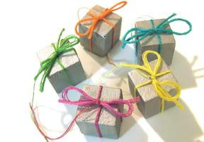 Des minis paquets de Noël à accrocher
