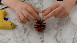 Étape 1: Peindre la pomme de pin et créer la tête du père Noël