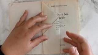Étape 2: puis pliez le côté de la page en le ramenant vers la reliure