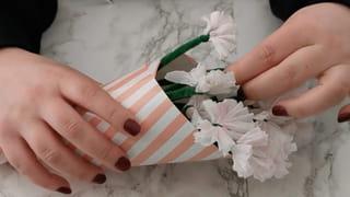 Étape 5: Placez les fleurs dans le cornet
