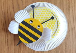Et voilà une jolie abeille sur sa ruche!