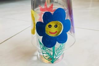 Fleur bleue en peinture verre