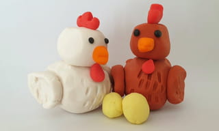 Et voilà, une jolie poule bien dodueen pâte à modeler!