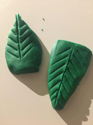 Etape 1: les feuilles en pâte à modeler