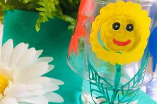 Fleur jaune en peinture sur verre