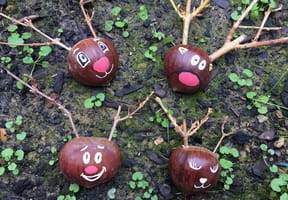 Rennes de Noël avec des châtaignes ou des marrons