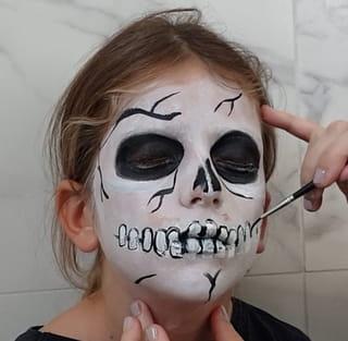 Étape 7: Les dernières finitions pour un parfait maquillage de squelette