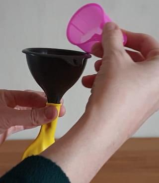 Étape 2: Puis versez le bicarbonate dans le ballon