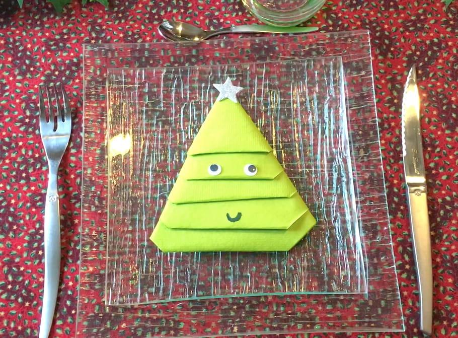 Pliage serviette en forme de sapin de Noël