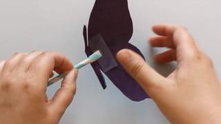 Étape 5: placez votre papillon dans l'ouverture de la paille
