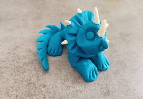 Dinosaure en pâte à modeler: fabrique un triceratops [VIDEO]