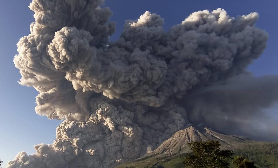 Volcano: unha columna de cinzas de Sinabung, en Indonesia