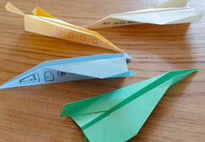 Avion en papier : origami pliage d'avion