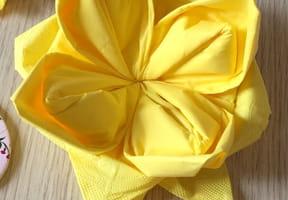 Pliage de serviette en forme de fleur [VIDEO]