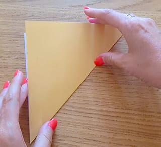 Etape 1: plier le papier en diagonale