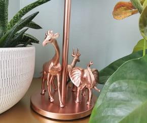Customiser une lampe avec des figurines