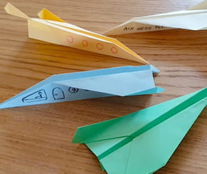 Avion en papier: origami pliage d'avion