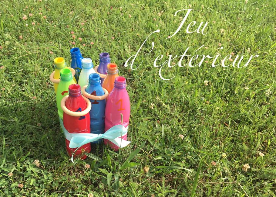 Jeu de quilles avec des bouteilles en plastique