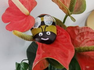 Comment peindre une abeille sur un galet?