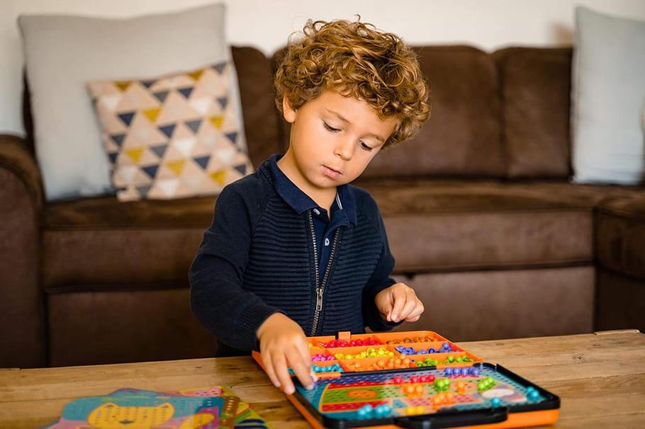 Jeux en mosaïque pour enfants pour créer des objets colorés