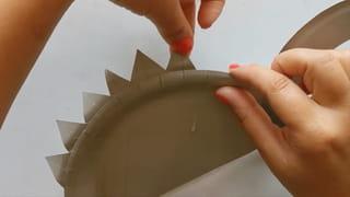 Étape 4: montage du dinosaure en assiette en carton