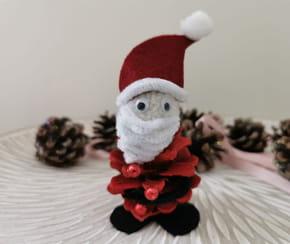 Père Noël en pomme de pin