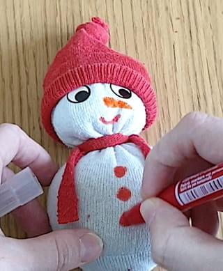 Étape 5: Finissez le visage du bonhomme de neige
