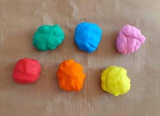 Étape 1: malaxer chaque couleur de pâte