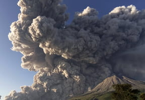 Volcan: une colonne de cendres du Sinabung en Indonésie