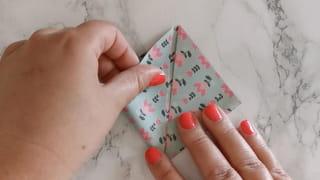 Étape 2: formez un carré avec la feuille pliée en triangle