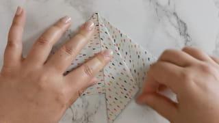 Étape 4: pliez les pointes des côtés des triangles vers le centre